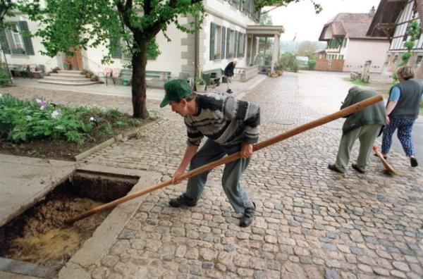 Des retraités devront peut-être continuer à travailler une fois à la retraite. (Photo: Keystone)